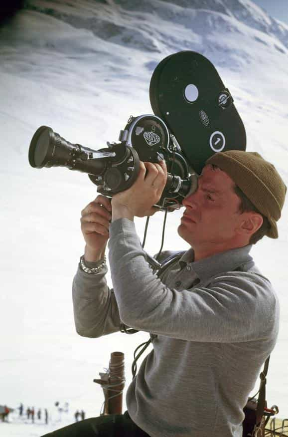 Tony Daval en action avec sa caméra à l'épaule pour l'émission « Les Coulisses de l'exploit ».