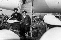 L'Ayatollah Khomeiny descendant d'avion...