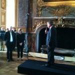Didier Convard, aux cotés de Catherine Pégard, Présidente du château de Versailles, écoutant religieusement Jacques Glénat