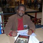 Andrazzi Mbala dédicaçant « Les Voleurs de mort ».