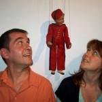 Christelle et Bertrand Pissavy-Yvernault avec la marionnette Spirou.