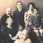 Jean et Dahlia Dupuis avec leurs enfants dont Paul au milieu et Charles en culottes courtes.