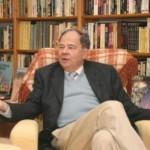 Jacques Sadoul dans sa bibliotheque personnelle.