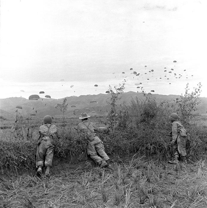 Parachutage du GAP 1 (Groupement Aéroporté 1) sur Diên Biên Phu lors de l'opération «Castor» en novembre 1953