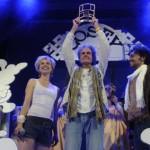 Cosey recevant son Prix, entouré de ses personnages Jonathan et Kate