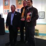 Le maire d'Aubenas et son adjoint à la culture entourent fièrement le dessinateur Jean-Marie Minguez très honoré par ce prix, lors de la cérémonie d'ouverture du festival.