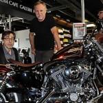 Marc Cuadrado et Frank Margerin posant devant une Harley.