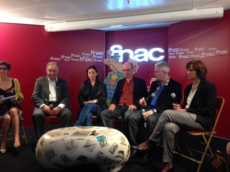 Face à la journaliste Monique Younès de RTL, Albert Uderzo, Anne Goscinny, Jean-Yves Ferri, Didier Conrad et Isabelle Magnac, la directrice générale de Hachette (photo de D. Pasamonik (L'Agence BD), 2013)