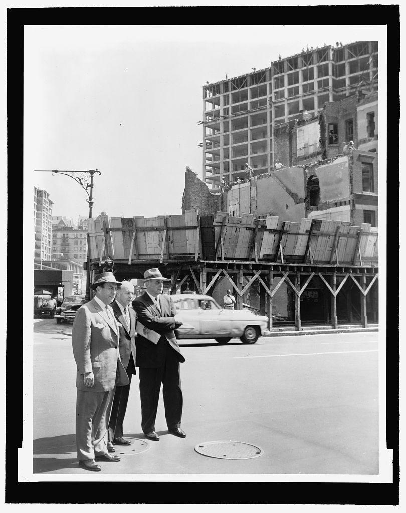 Le maire Robert Wagner, un adjoint et  Robert Moses sur le chantier d'une tour. World-Telegram photo par Walter Albertin. Août 1956