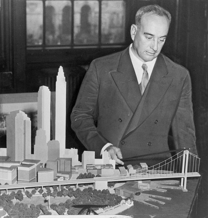 Robert Moses et la maquette du Battery Bridge. Photo Library of Congress. New York World-Telegram & Sun Collection, 1939