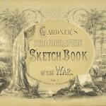 """Le visuel de couverture s'inspire également du """"Gardners Photographic Sketch Book of War (page de titre) publié en 1866, où le fameux photographe de guerre Alexandre Gardner compilera les clichés les plus fameux."""