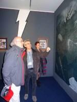 Sylvain Gache faisant visiter l'expo à Derib, l'auteur de « Yakari » et à la journaliste Josy Hermeline.