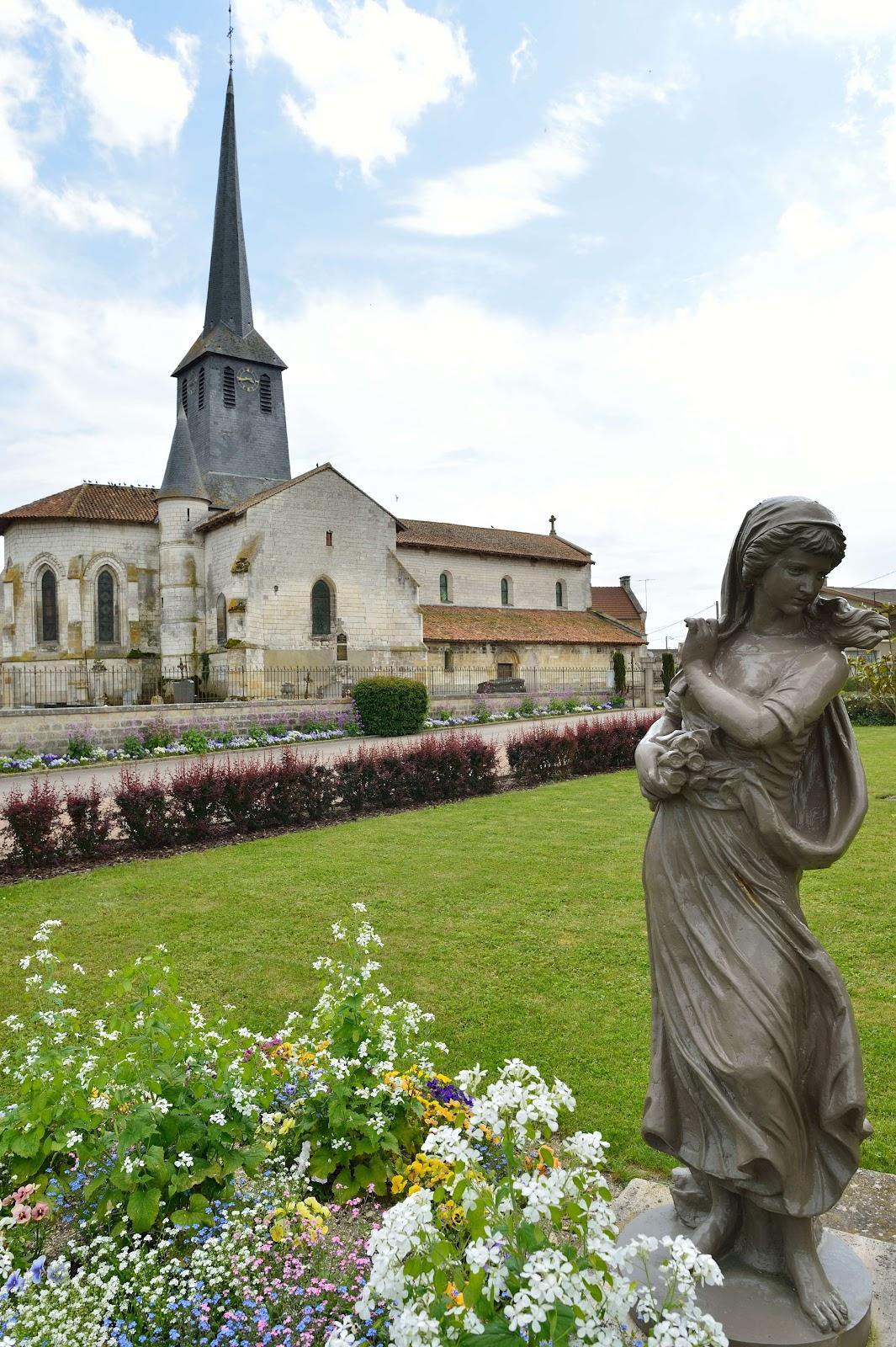 """Statue érigée en 2009 en hommage à la """"fille sauvage"""" de Songy (Photo de G. Hersent)"""