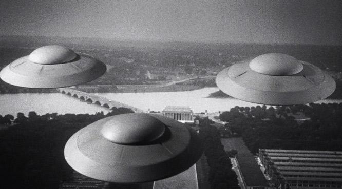 """Photogramme issu de """"Les Soucoupes volantes attaquent"""" (Earth vs. the Flying Saucers), réalisé par Fred F. Sears (1956)."""