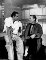 """Ian Fleming discute avec Sean Connery, lors du tournage de """"James Bond contre Dr No"""" par Terence Young en février - mars 1962. Le film sortira à Londres dès le 5 octobre suivant."""