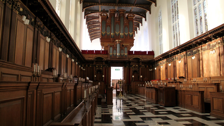 La chapelle et les stalles (rangées de sièges en bois) du Trinity College