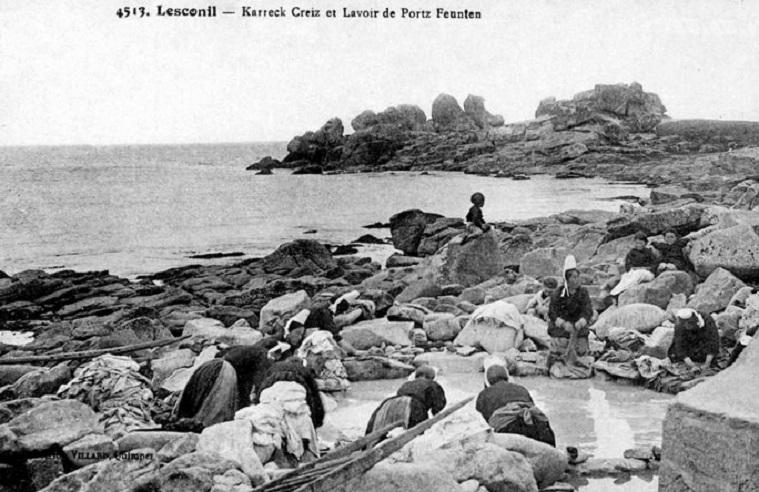 Le lavoir de Pors-ar-Feunteun et les rochers de Karreck Creiz vers 1920, dans le Finistère.