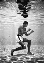 ...et le poids des photos : en 1961, le photographe de Life Flip Schulke immortalise Ali s'entraînant (ou faisant croire) dans la piscine de son hôtel !