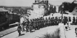 Une colonne de soldats allemands remonte l'avenue de Verdun, à Angoulême.