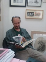 Jean-Philippe Peyraud découvrant son album imprimé