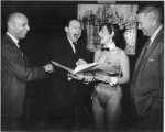 Photographie de Kurtzman, Elder et Davis en compagnie d'une Bunny.