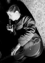 Quand il ne dessine pas, Benoît Gillain plaque quelques accords sur sa guitare.