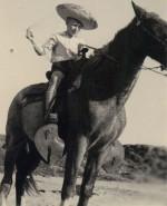 Tijuana, 1948. Coiffé de son sombrero, le fils aîné de Jijé joue au fier cavalier mexicain.