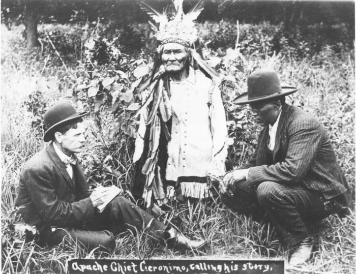 Geronimo dictant ses souvenirs à Stephen M. Barrett et à l'interprète Asa Adklugie