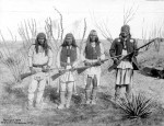 Geronimo et ses guerriers en 1886 (Arizona Historical Society)