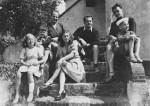 De gauche à droite : Anne, Philippe, Joseph et Annie Gillain, De Roeck, Will et Benoît Gillain coiffé d'un bob à la Bonux-Boy.