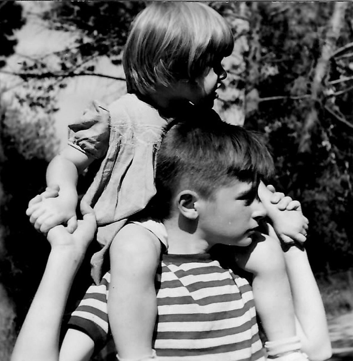 Sa petite sœur Anne sur les épaules, Benoît prend à cœur son rôle de grand frère.