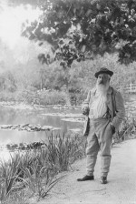 Claude Monet devant ses nymphéas à Giverny en 1905 (photographie de Jacques-Ernest Bulloz)