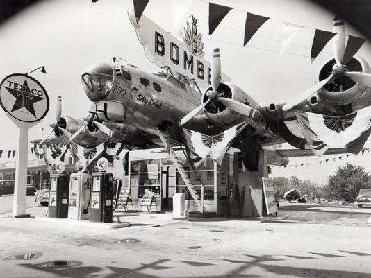 Un ancien bombardier B-17 recyclé sur le toit d'une station de Milwaukie (Oregon)