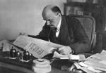 Lénine plongé dans la lecture de la Pravda, en 1918