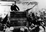 Lénine prononce un discours à Moscou le 5 mai 1920, en présence de Trotski