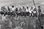 """Lunch atop a Skyscraper (""""déjeuner au sommet d'un gratte ciel"""") est une célèbre photographie prise le 20 septembre 1932 et parfois attribuée à Charles Clyde Ebbets."""