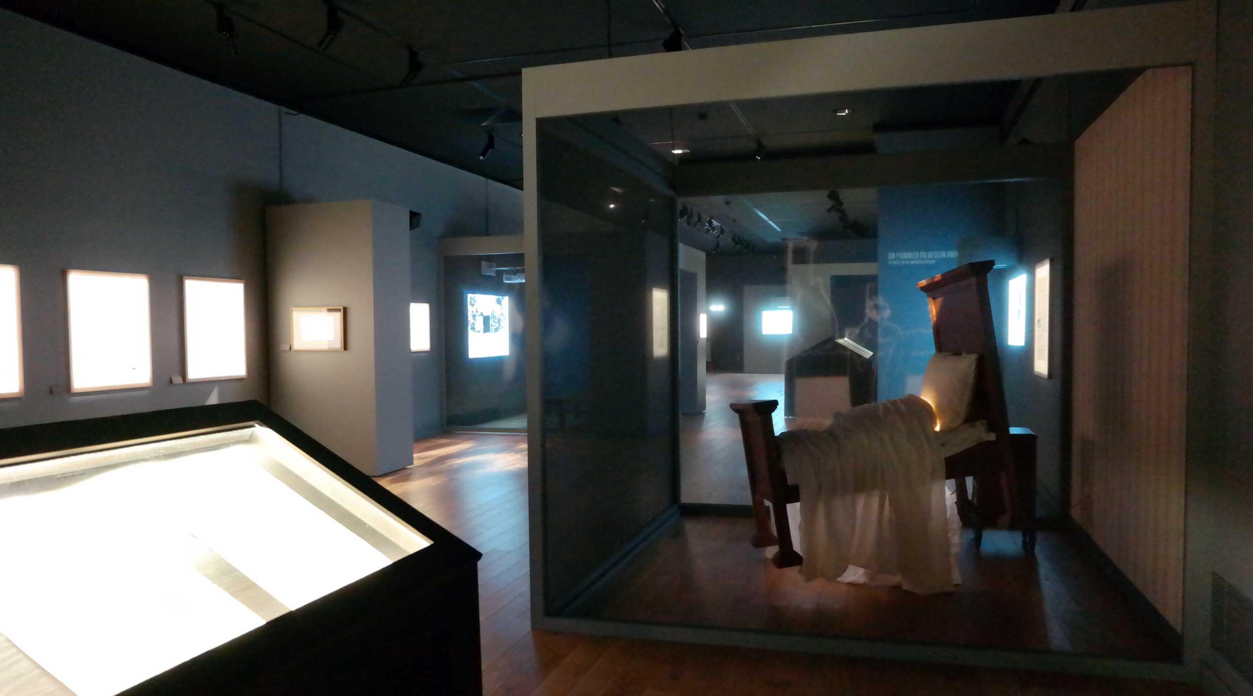Le lit de Nemo, flotte au centre de l'exposition.
