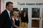L'entrée du musée où se tient la Biennale en compagnie du maire de Cherbourg-en-Cotentin : Benoît Arrivé, de l'adjointe à la Culture et au patrimoine : Catherine Gentil et de …