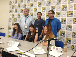 Photographie du Kirby Family Panel, avec, de gauche à droite, assises, Jillian, Lisa et Tracy Kirby, et debout, Mark Evanier, Jeremy Kirby et Mike Thibodeaux.