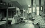 Des photos mensongères comme celles-ci montrent les prisonniers en train de jouer aux échecs