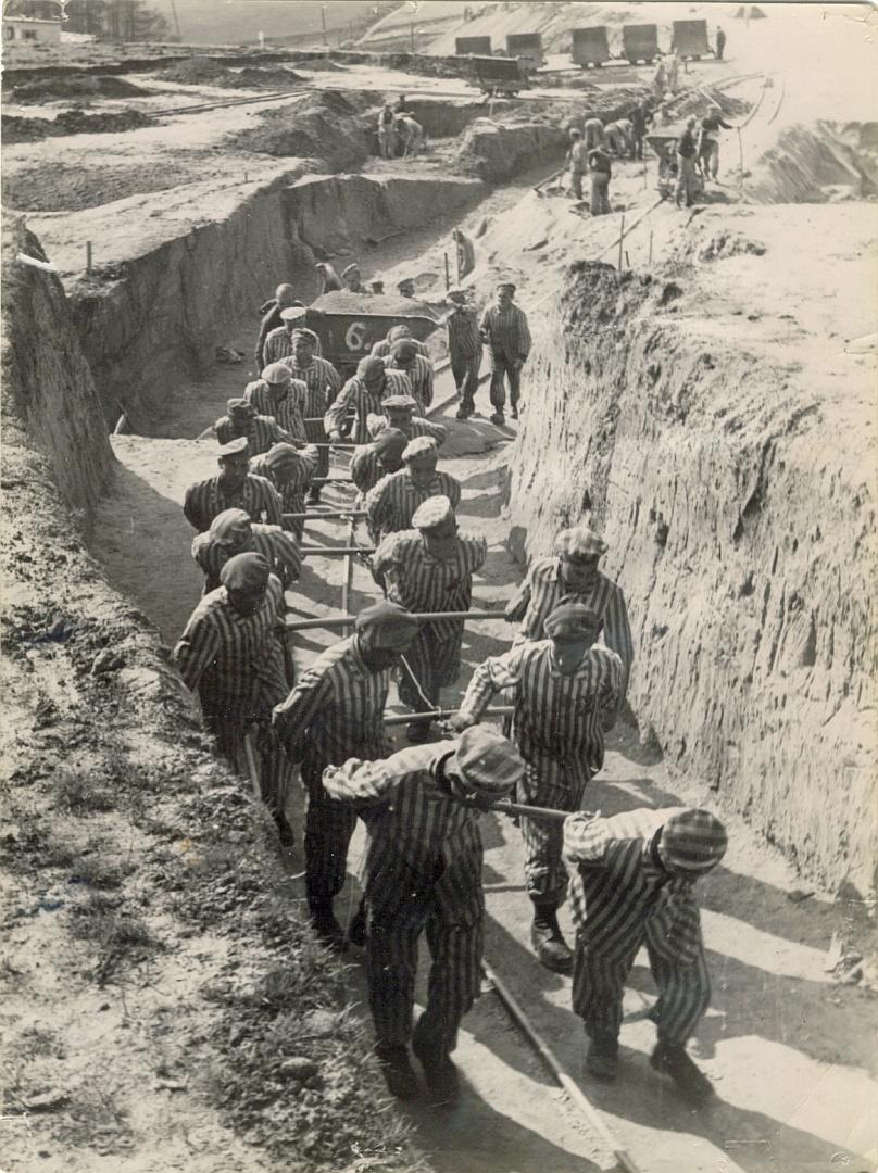 Détenus attelés à un wagonnet sur un chantier de terrassement du camp de Mauthausen. Photographie SS prise en 1942
