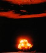 Photographie en couleur de la première explosion nucléaire lors de l'essai Trinity le 16 juillet 1945 à Alamogordo au Nouveau-Mexique