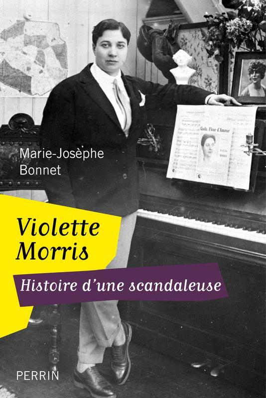 Couverture de l'ouvrage de Marie-Jo Bonnet (Perrin 2011) : costume cravate, cigare et piano, Violette entame dans les années 1920 une carrière de chanteuse de music-hall.