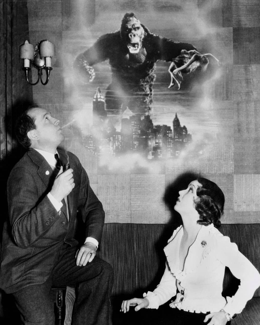 Cooper décrit King-Kong à son actrice principale, Fay Wray.