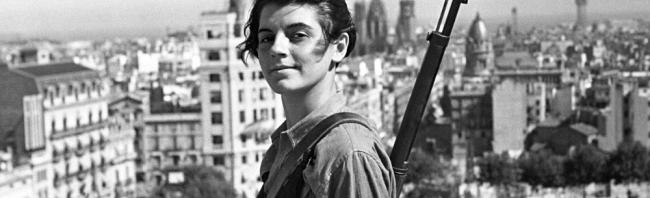 Marina Ginestà (1919 - 2014), militante antifasciste française, est immortalisée par le photographe Juan Guzmán sur la terrasse de l'hôtel Colón de Barcelone le 31 août 1936, alors qu'elle n'a que 17 ans.
