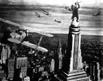 Durant la scène finale, les pilotes des avions sont joués par Cooper et Schoedsack ! La métaphore est signifiante : les créateurs mettent à mort leur propre créature...