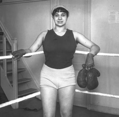 La championne de boxe (1913 - 1914) pose pour immortaliser son image