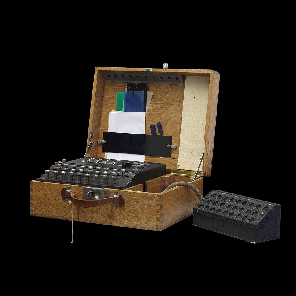 Enigma, une machine de chiffrement électromécanique à cylindres ; la version ci-dessus est un modèle militaire suisse, avec une console de lecture supplémentaire.
