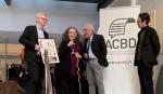 Emil Ferris  (accompagnée de son traducteur) reçoit le Grand Prix de la Critique ACBD 2019 à Angoulême des mains de Fabrice Piault (Livres Hebdo), Président de l'ACBD. À droite, Antoine Guillot (France Culture), vice-président de l'ACBD. Photo : Laurent Turpin