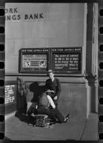 Un cireur au croisement de Fourteenth Street et d'Eighth Avenue à New York (photo d'Arthur Rothstein en décembre 1937)